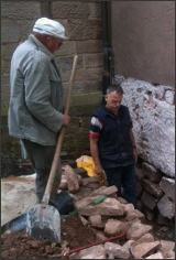 Willi Dietz (l.) und Reinhold Gebhardt (r.) bei Arbeiten am Fundament