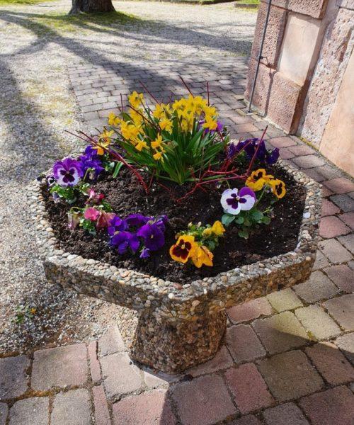 Blumenschale vor Kirche